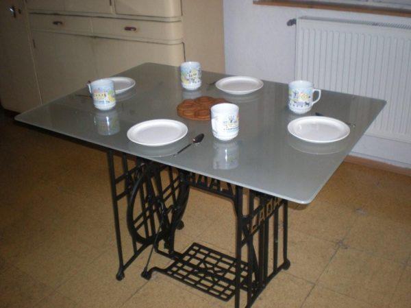 náhled Exkluzivní skleněný jídelní stůl, nohy z restaurovaných litinových nohou