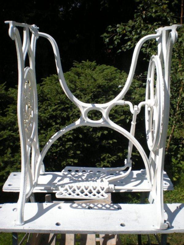 náhled Restaurované litinové nohy od šicího stroje.