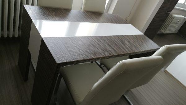 náhled Moderní stůl se čtyřmi koženkovými židlemi