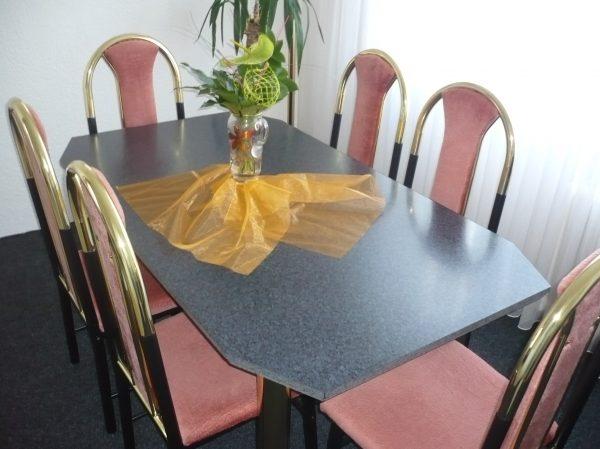 náhled  Jídelní stůl se židlemi a komodou