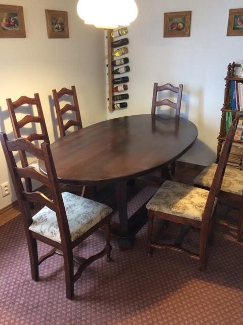 náhled Jídelní stůl s židlemi.