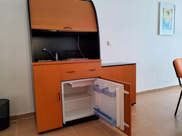 náhled Kuchyňka s lednicí, dřezem a baterií (levá)